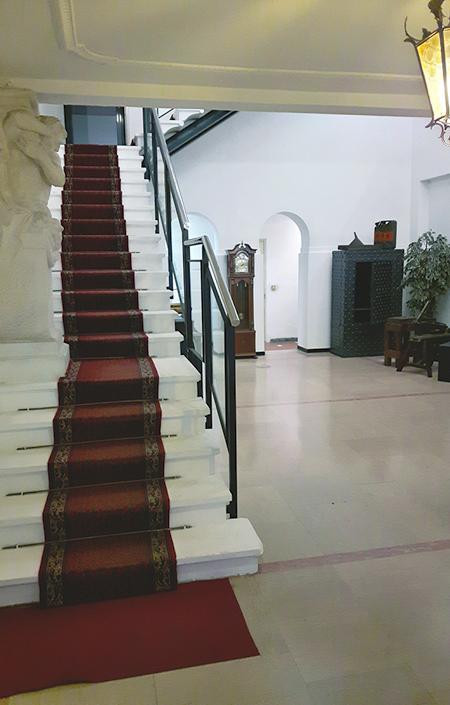 Scala bianca con tappeto rosso Ingresso allo Showroom Villa Calegaro, Praglia - Argenteria Calegaro 1921 Made in Italy